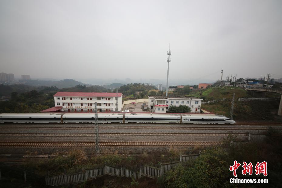 """探访重庆""""迷你""""火车站 常驻职工仅6人"""