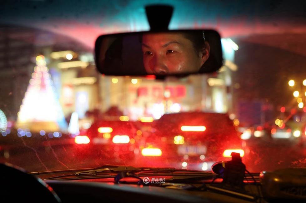 """上海/图片故事:夜幕下的""""代驾女"""""""
