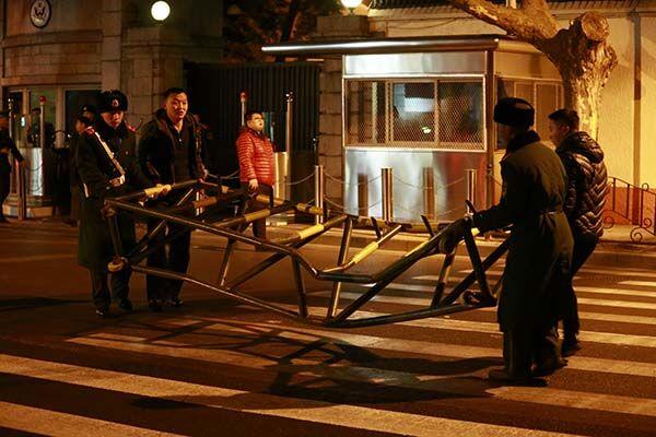 号牌的黑色轿车撞击.事件导致一名值勤武警受伤,肇事者已被高清图片