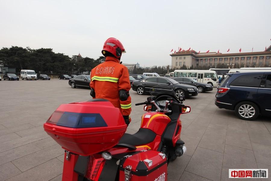 消防员背50斤灭火器助力两会安保图片