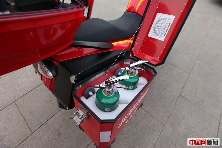 京天安门广场,春风水冷F650消防摩托车搭载着的灭火器.中国网 图片
