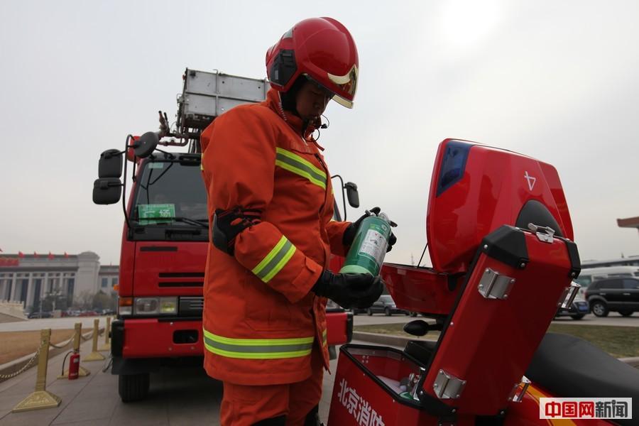 消防员背50斤灭火器助力两会安保
