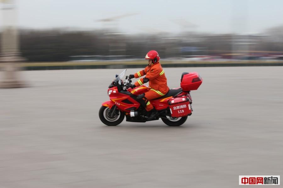 场,消防员驾驶春风水冷F650消防摩托车在广场巡逻执勤.中国网 图片