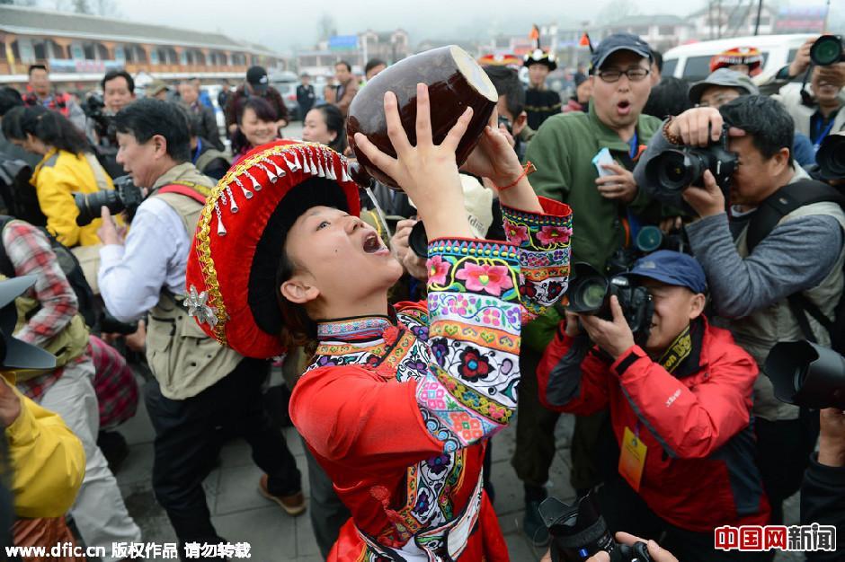 贵州举行祭花神仪式 彝族姑娘抱大坛子喝酒组