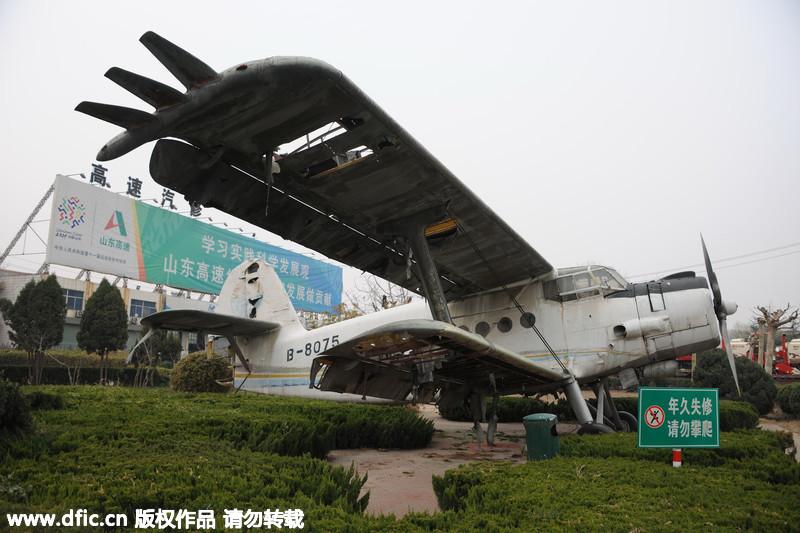 """济南高速公路旁现""""老式飞机"""""""