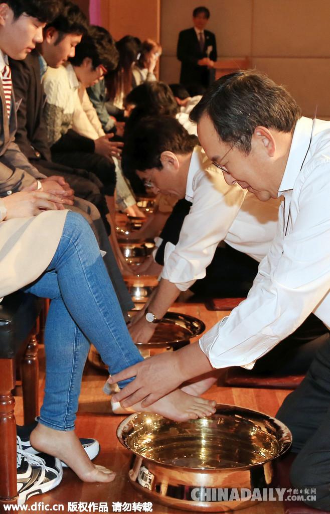 韩国大学校长教授为学生集体洗脚表达关爱 - A