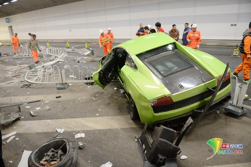 北京鸟巢附近一法拉利与兰博基尼隧道内相撞