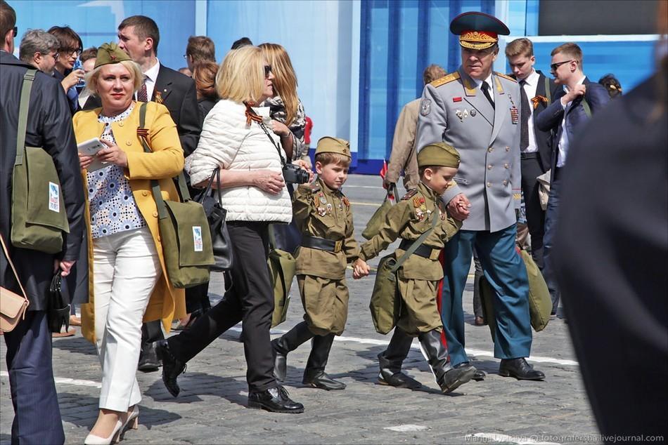 组图:俄胜利日阅兵现场军装美女抢眼 中国