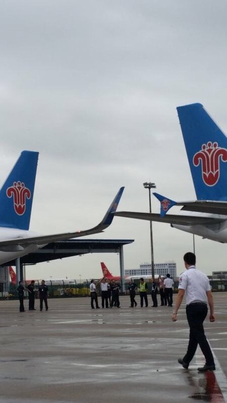 深圳机场两架飞机发生擦碰
