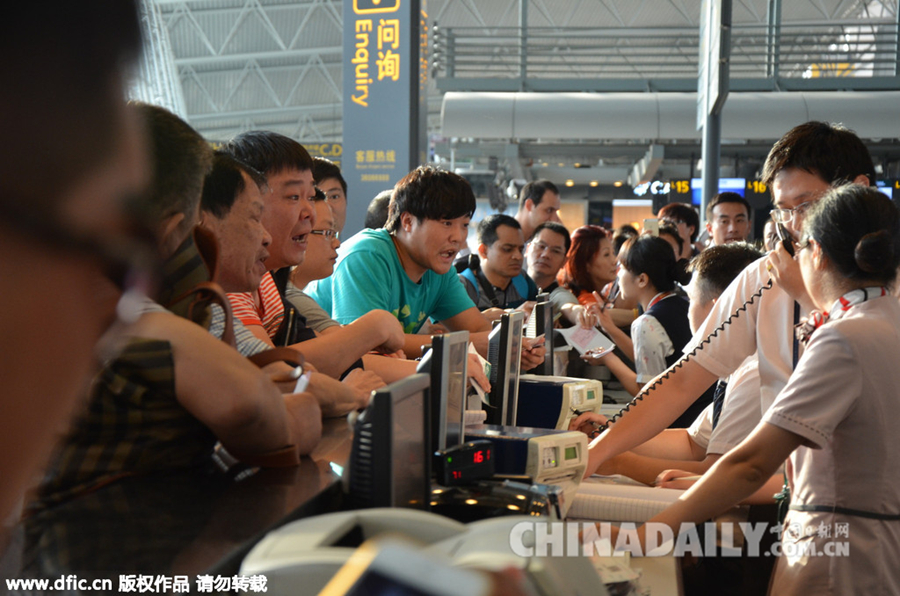 广州:航班延误8小时 旅客与工作人员发生争执