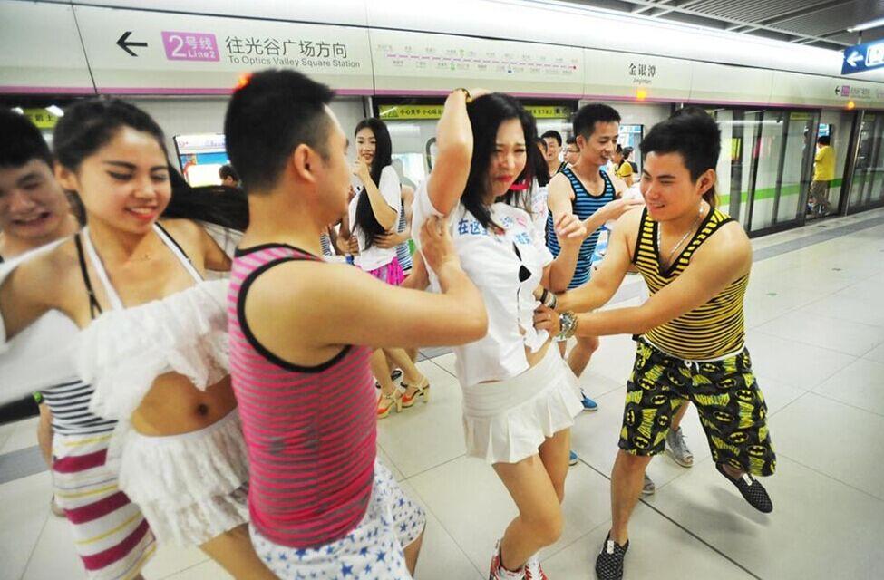 武汉美女上演撕衣快闪G参地铁罩图片