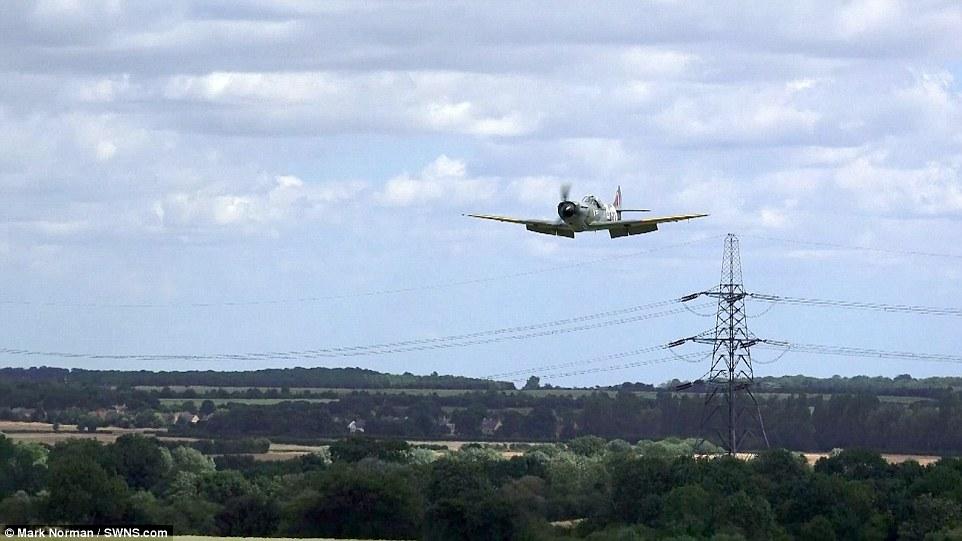 飞机降落前盘旋。   海外网7月20日电 据英国每日邮报报道,19日英国剑桥郡Sibson机场,一架小型螺旋桨飞机在空中无法打开起落架,最后不得已在无起落架的情况下迫降。这位勇敢的飞行员驾驶的是一架老式喷火式战斗机,在空中时告知地面无法打开起落架。他不得不花费20分钟来消耗燃料,以便在强风条件下用飞机腹部着陆机场草坪,辛运的是飞行员并无大碍。(张元)