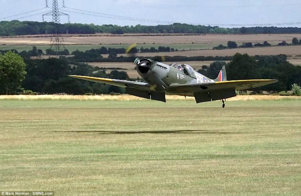 飞机无起落架迫降过程。   海外网7月20日电 据英国每日邮报报道,19日英国剑桥郡Sibson机场,一架小型螺旋桨飞机在空中无法打开起落架,最后不得已在无起落架的情况下迫降。这位勇敢的飞行员驾驶的是一架老式喷火式战斗机,在空中时告知地面无法打开起落架。他不得不花费20分钟来消耗燃料,以便在强风条件下用飞机腹部着陆机场草坪,辛运的是飞行员并无大碍。(张元)
