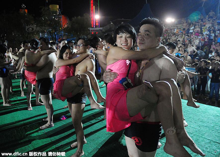 杭州万人素颜相亲 女生现场洗脸男生测胸围