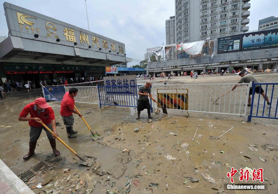 人员正在清理车站内的污泥和垃圾. 张斌摄-台风 苏迪 ...