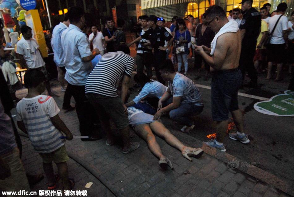青岛啤酒节女子饮酒过量 醉倒不省人事 中国