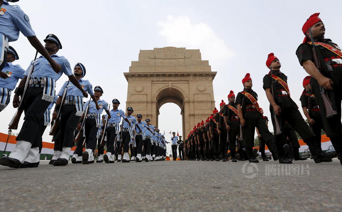 印巴冲突_印度纪念第二次印巴战争50周年 一士兵晕倒