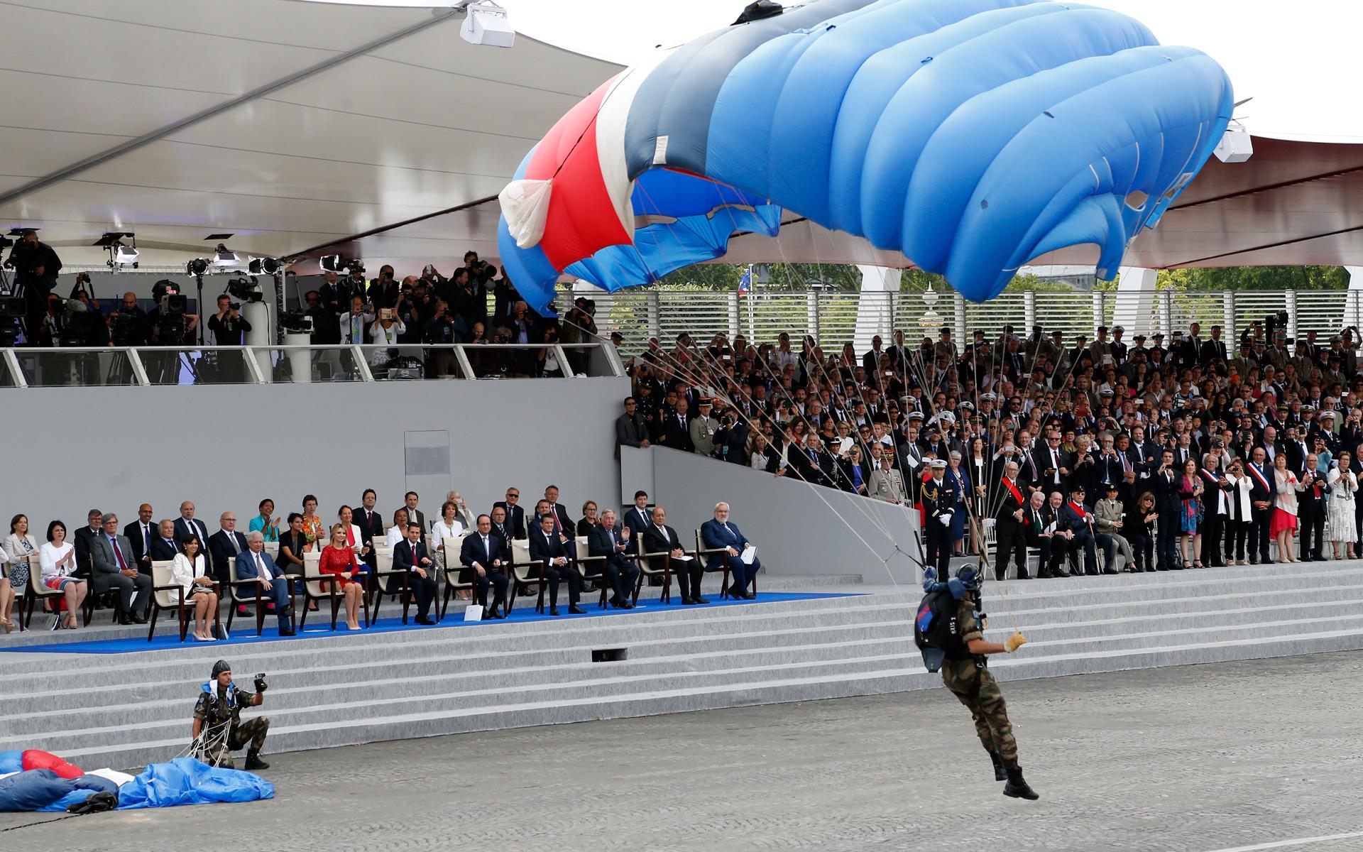 法国阅兵2015_2015年7月14日,法国在巴黎举行阅兵式游行,一名伞兵降落在现场