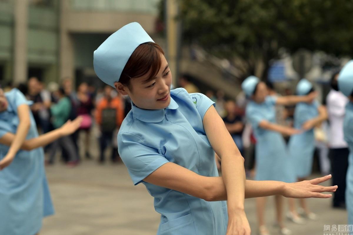 护士的乳头_重庆男医生女护士一起展示乳房保健操