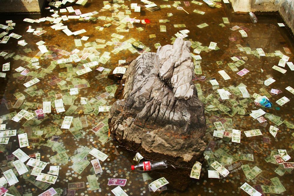 洛阳香山寺许愿池被游客投满许愿钱[1]