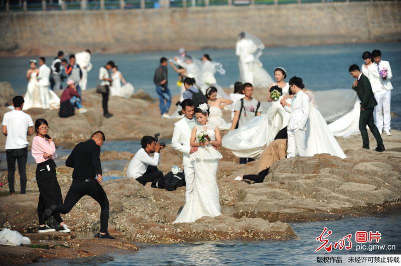 新人扎堆青岛拍摄大海主题婚纱照