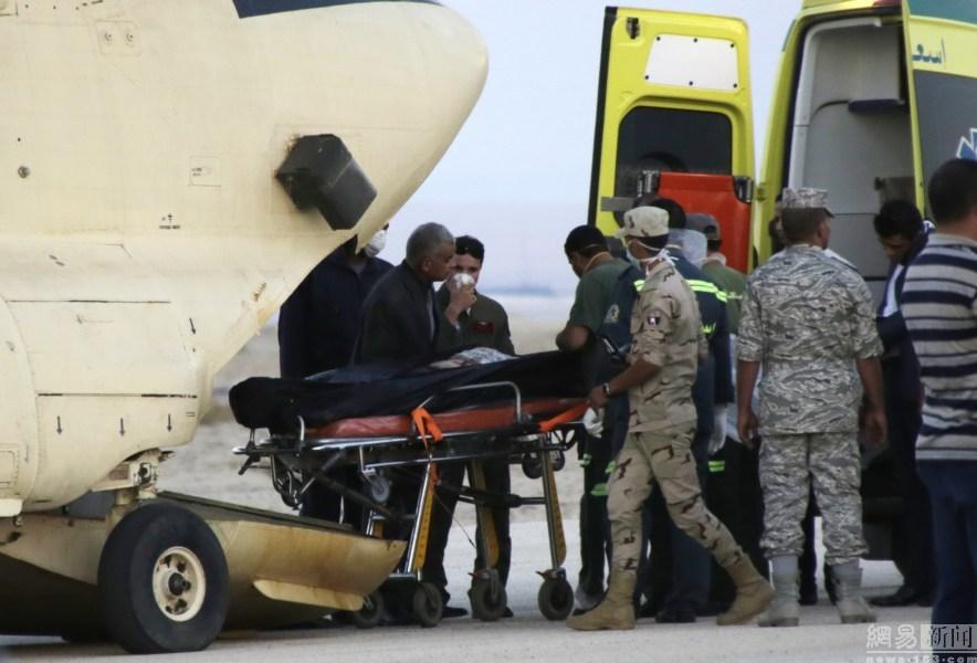 图为埃及开罗以东100公里的卡布里特机场,埃及救援人员正在将坠机遇难者遗体从直升飞机上转移到救护车内。 据俄媒当地时间10月31日报道,一架俄罗斯客机在埃及坠毁,机上载有219人。俄埃外长就空难通话,埃方将为俄提供调查所需的一切必要帮助,但未提及恐怖袭击。彼得堡市长格奥尔吉-波尔塔夫琴科说,机上有2名乌克兰公民和1名白俄罗斯公民。目前俄紧急情况部准备派4架飞机运回遇难者遗体。埃及开罗以东100公里的卡布里特机场,埃及救援人员正在将坠机遇难者遗体从直升飞机上转移到救护车内。