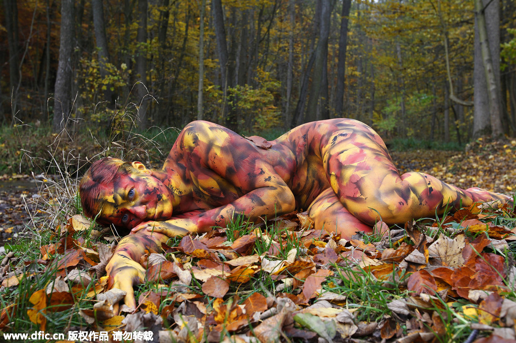 三级裸体模特照片_在这组照片中,一名全身涂满颜料的裸体模特完美地隐身于秋日的树林里