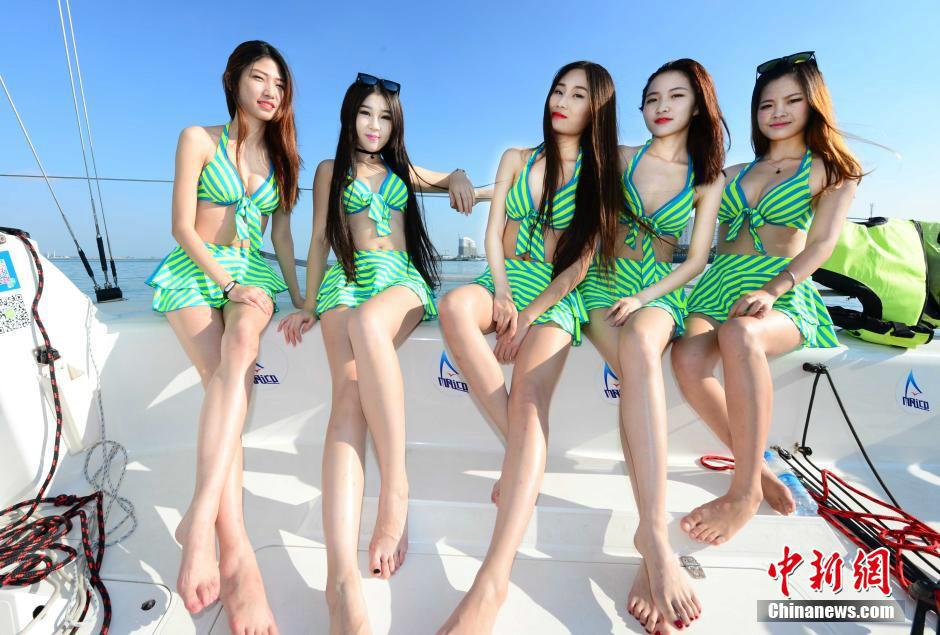 中国最美腿模大赛 模特着泳装拍摄(组图)