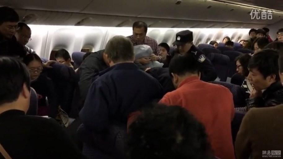 男子大闹机舱遭拒载 被强抬下飞机[1]- 中国日报网