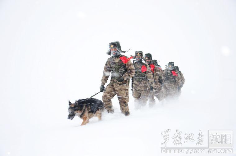 边防老兵最后巡逻:满面雪花 积雪埋脚