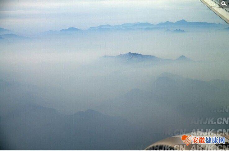 飞机上航拍穿越红色预警重污染中的北京雾霾层