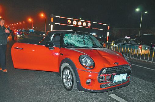 女司机驾宝马开车打手机撞死交警