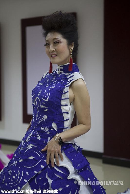 女子用纸剪出4米青花瓷晚礼服 请大妈当模特