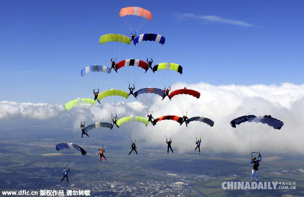 俄跳伞运动员高空组圣诞树