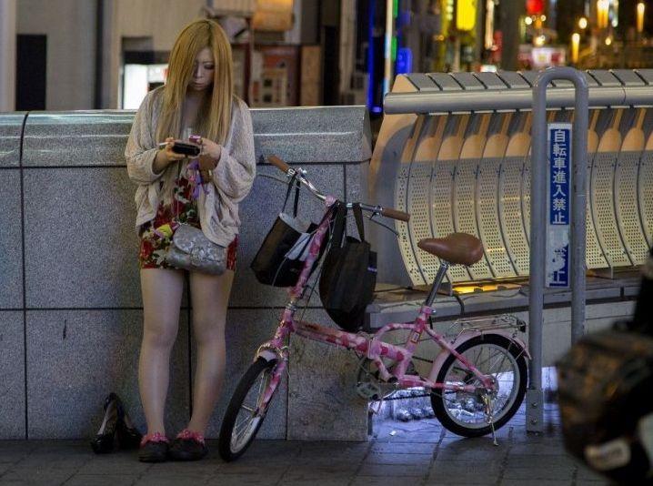 """杭州东站站街妇女_巨型""""圣诞老人""""亮相湖南石牛寨玻璃桥[1]- 中国日报网"""