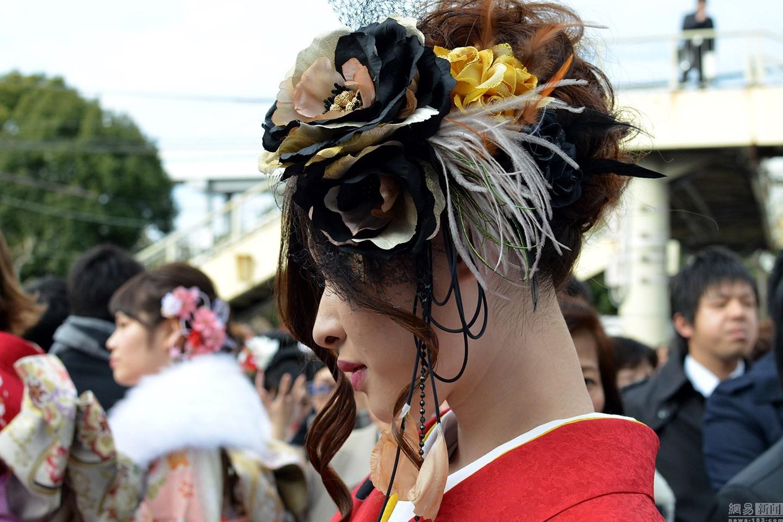成人式是日本法定的全国性的大节日。成人式源于古代的元服式。7世纪后半叶,中国为男孩举行冠礼的习俗传入日本,此后古代宫廷贵族开始为成人的男女举行结发戴冠仪式。年满20岁日本女孩大多穿传统和服参加活动。参加成人节后,少男、少女不再受禁烟、禁酒令的束缚。图为日本成人节现场。