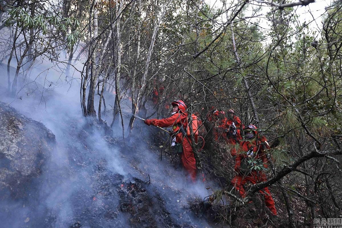 武警凉山森林支队官兵在冕宁县泸沽镇王家祠村火场扑救森林火灾.