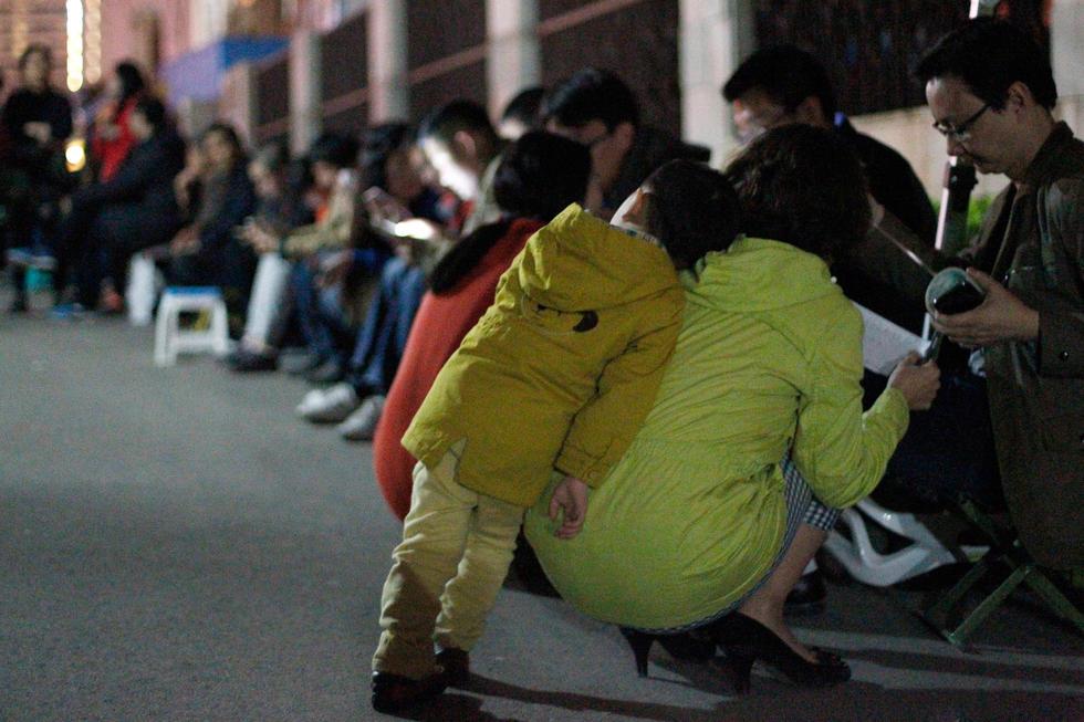 济南家长彻夜排队 为孩子抢幼儿园名额