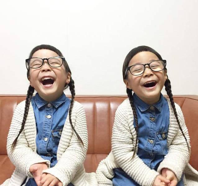 短刘海+黑框眼镜…日本4岁双胞胎姐妹走红网络
