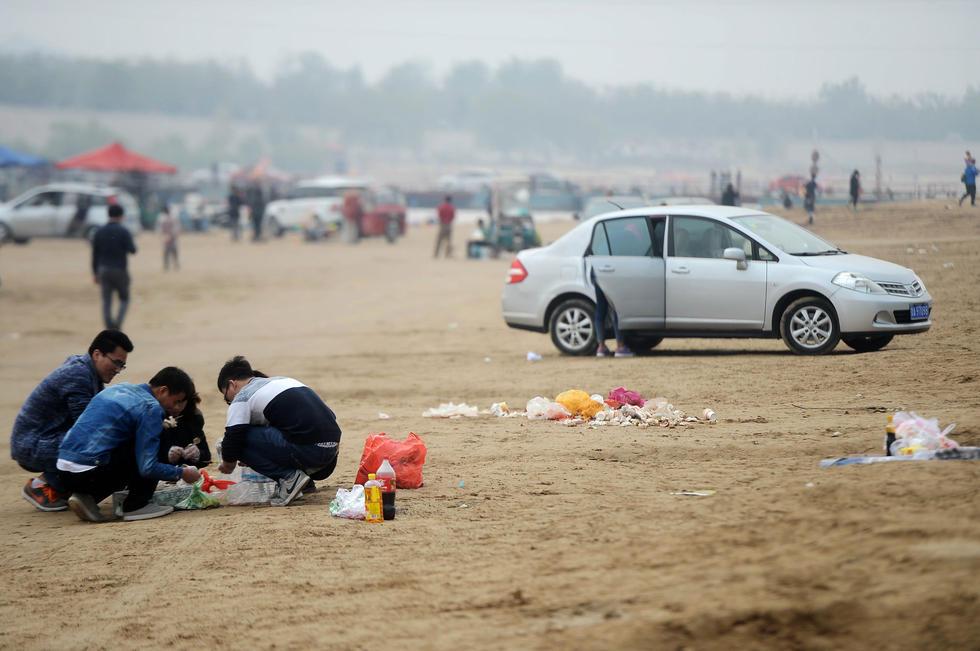 黄河滩成私家烧烤街 垃圾遍地污染黄河水