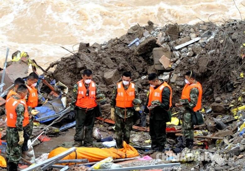 武警水电部队官兵在福建泰宁山体滑坡现场救援图片
