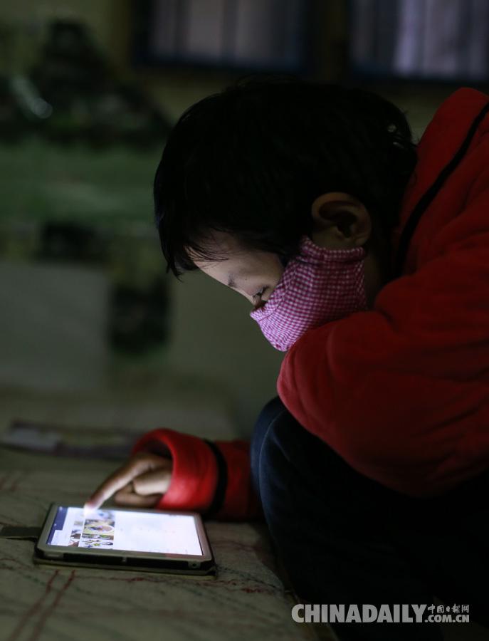 10岁的李苗苗在安徽省儿童医院附近的出租屋里.摄影:中国日报记者