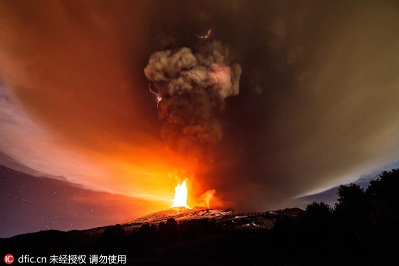 意大利摄影师拍摄埃特纳火山喷发场面