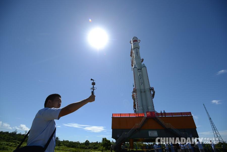 2016年6月22日,海南文昌航天发射场,气象员在长征七号运载火箭垂直转运中测风速。 宿东 摄 2016年6月22日,承载着长征七号运载火箭与搭载载荷组合体的活动发射平台,从海南文昌航天发射场的垂直总装测试厂房驶出,平稳行驶约3小时后,安全转运至发射塔架。从中国载人航天工程办公室获悉,长征七号运载火箭计划6月25日至29日择机发射,执行首次飞行试验任务。