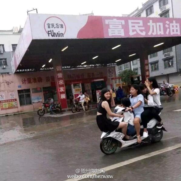 """摩托杂技_广西5女孩共骑一辆摩托车 街头演""""杂技""""[1]- 中国日报网"""