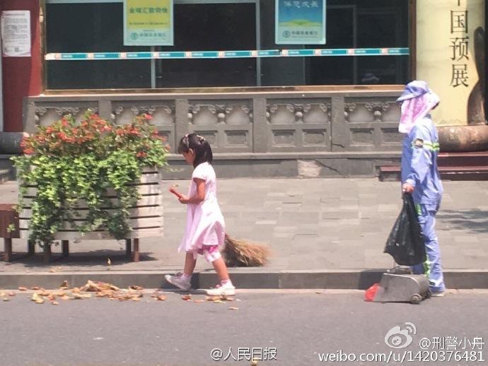 上海高温40℃ 小女孩帮环卫工妈妈扫地