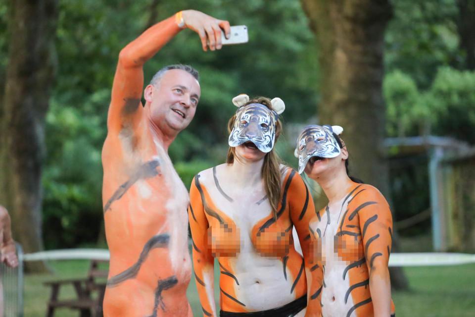 """伦敦动物园上演""""裸奔募捐""""[8]"""