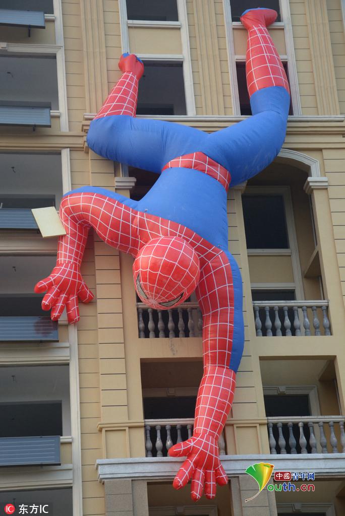 蜘蛛爬墙的故事_居民楼惊现十米巨型蜘蛛侠 倒立爬墙超酷炫