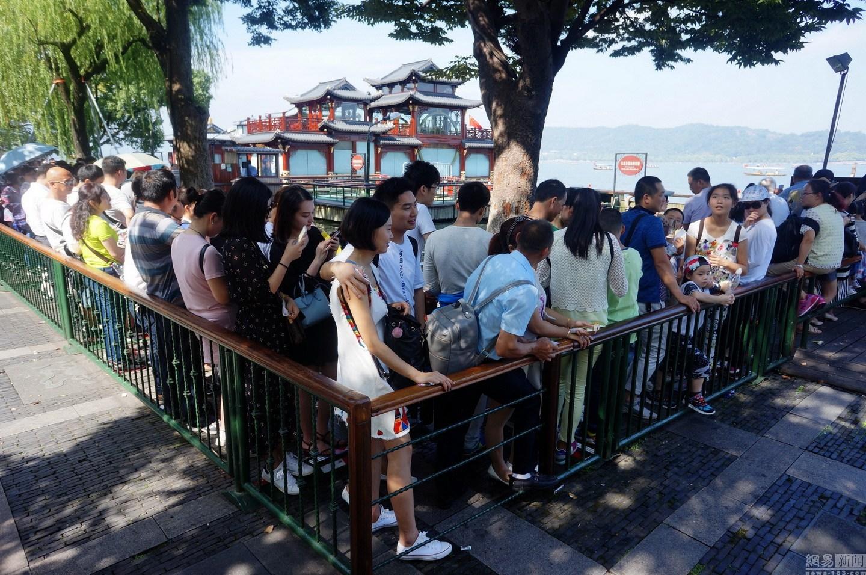 西湖迎国庆旅游高峰 景点人山人海美景难见