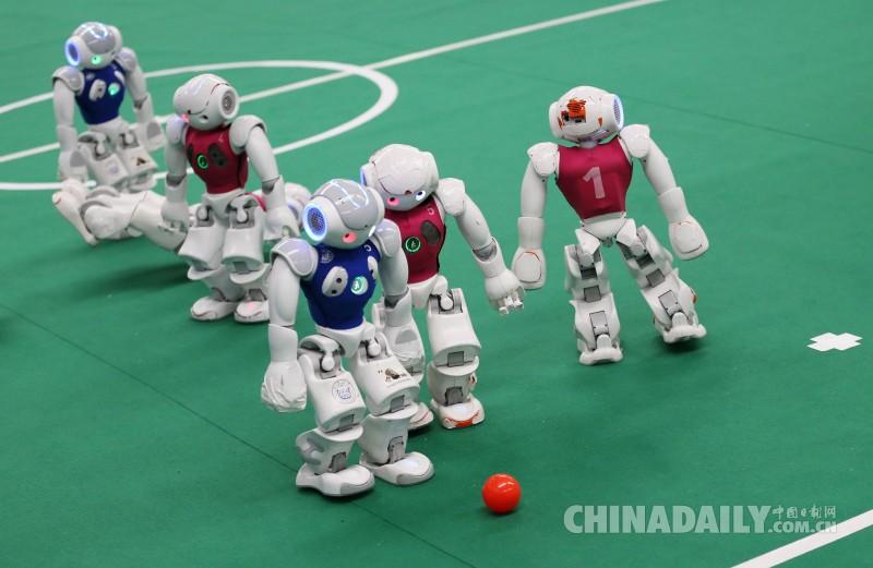机器人上演足球比赛